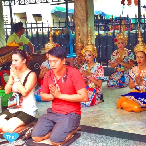 Locals at Erawan shrines : Things to do in Bangkok Love Thai Maak