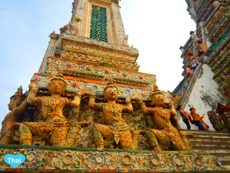 Things to do in Bangkok Wat Arun people walm into the main pagoda by Love Thai Maak