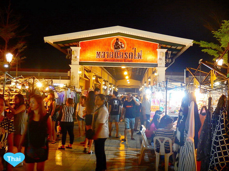 things to do in bangkok night market Rod Fai Srinakharin | Love Thai Maak
