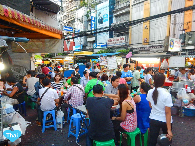 Things to do in Bangkok Chinatown by Love Thai Maak | Reasons to love Thai-Chinese food enjoying your dinner with Thai locals