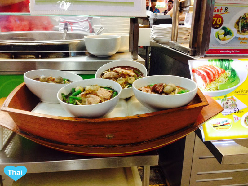 Boat Noodles At Victory Monument, The Center Of Bangkok | Love thai Maak: Noodle in the Boat