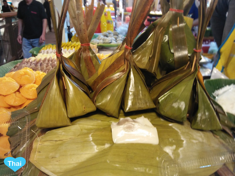 Love Thai Maak: 10 Thai Desserts You Must Try - Khanom Sordsai (Steamed Flour with Coconut Filling)