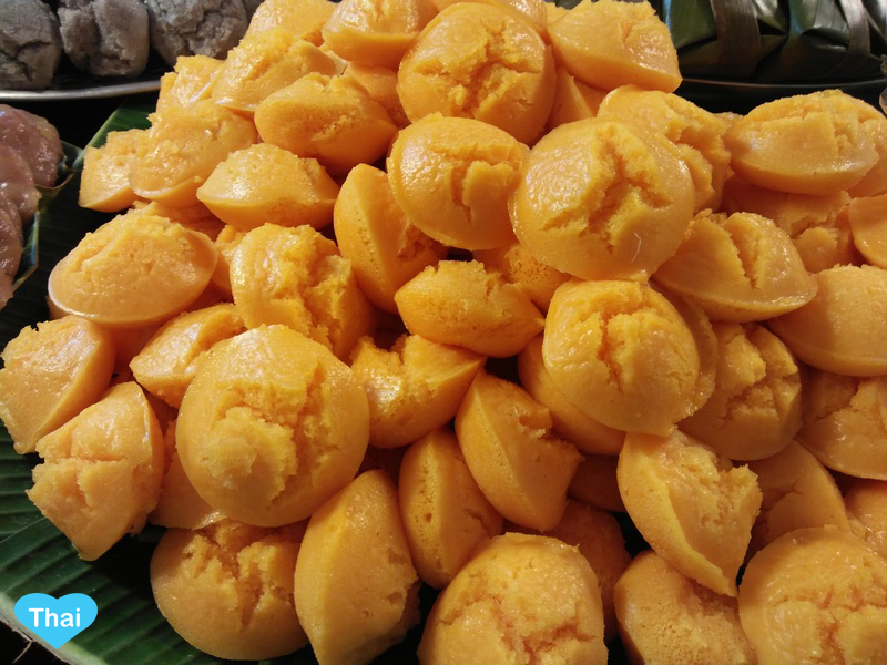 Love Thai Maak: 10 Thai Desserts You Must Try - Khanom Tan (Palm Flavored Mini Cake with Shredded Coconut on Top)